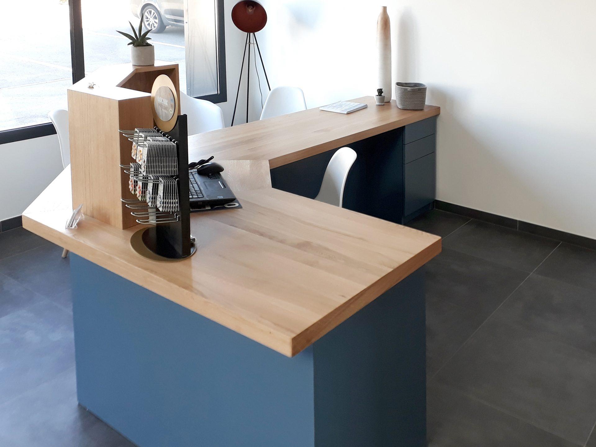 Bureau en bois brut et bleu